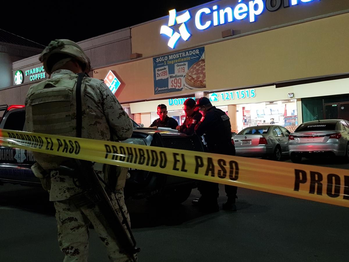 ¡Lo atacaron a balazos en Plaza Forjadores y se refugió en el SEARS en la ciudad de La Paz!